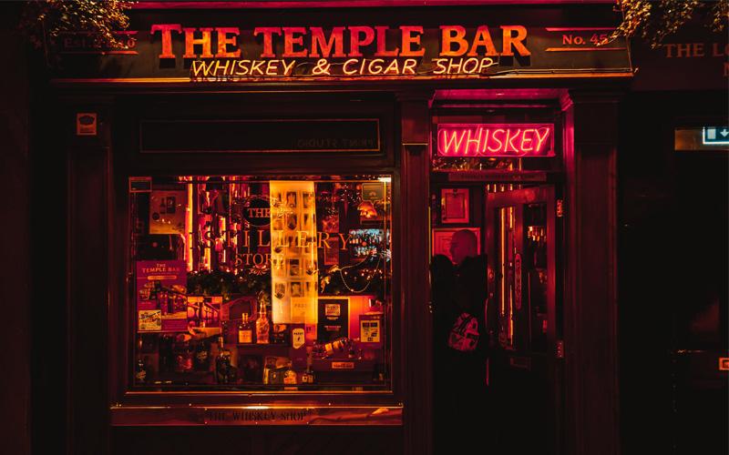 Bar con múltiples neones decorativos