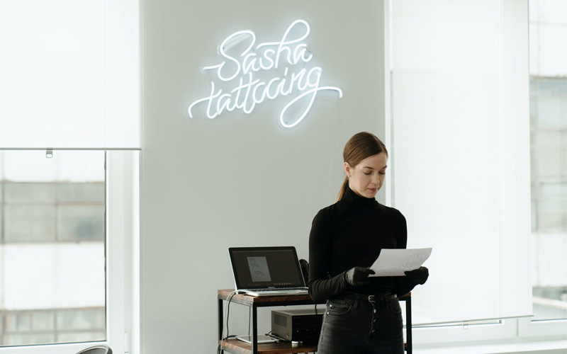 Oficina con neones como decoración